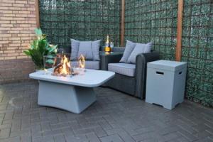 Betonlook tafelblokken met geïntegreerde vuurhaard.